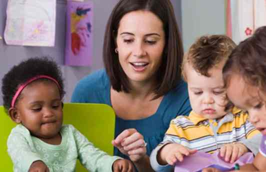 Preschool-teacher-working-with-toddlers